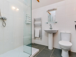 Yr Hafan -Penberi Self Catering Cottage - spacious shower room with good water pressure