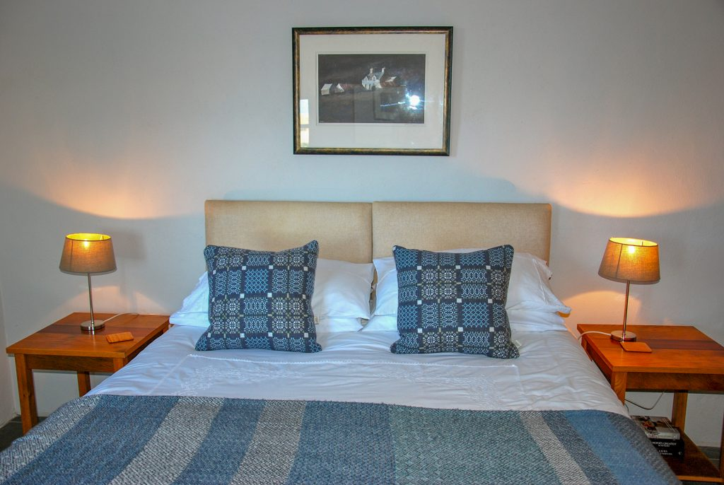 YYr Hafan - Penberi Self Catering Cottage - stylish bedroom with sea views