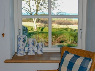Yr Hafan - Penberi Self Catering Cottage - bedroom with sea views